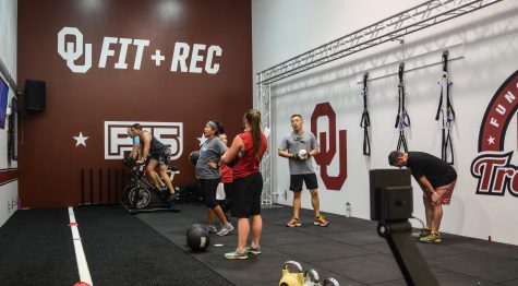 Students workout during the noon F45 Training class, a new program at University of Oklahoma Fitness and Recreation in Norman, in the F45 room in Sarkeys Fitness Center. Photo by: Bailey Lewis/OU News Crowd